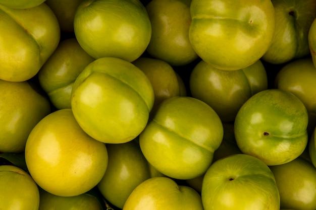 Visão de close-up de ameixas verdes para uso em segundo plano