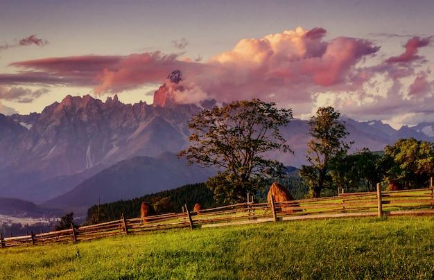 Visão de grande angular das montanhas