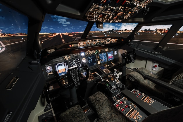 Visão de grande angular na pista do moderno cockpit de aeronaves boeing antes da decolagem.