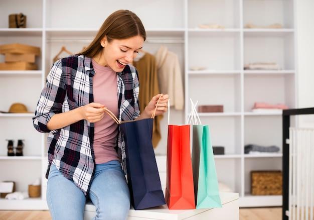 Visão de longo prazo da mulher olhando para os sacos de papel