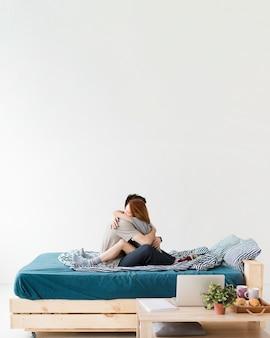 Visão de longo prazo do casal abraçando e copie o espaço