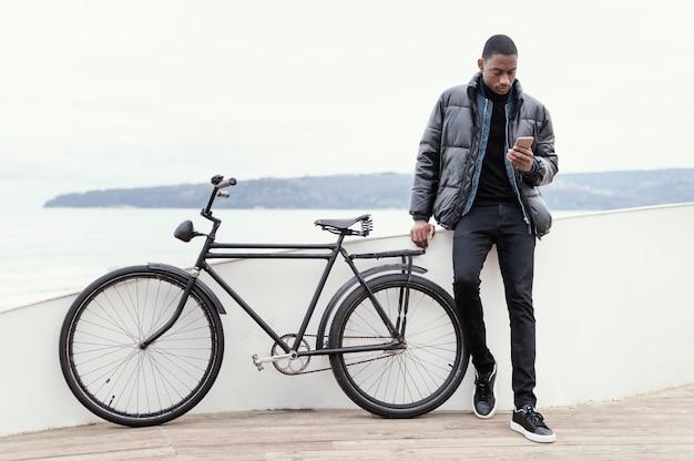 Visão de longo prazo do homem com sua bicicleta