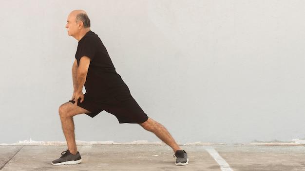 Visão de longo prazo do homem fazendo lunges laterais