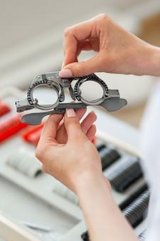 Visão de medição. médico preciso retirando óculos profissionais para exame do tamanho dos olhos e selecionando as lentes certas