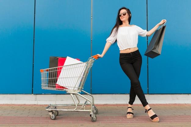 Visão de mulher com bandeja de compras