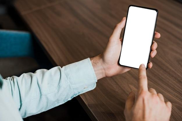 Visão de pessoa usando um smartphone