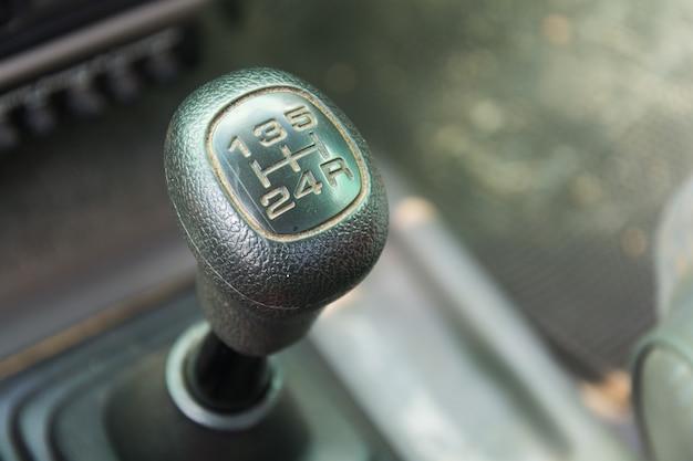 Visão de um câmbio de alavanca de câmbio. caixa manual. detalhes do interior do carro.
