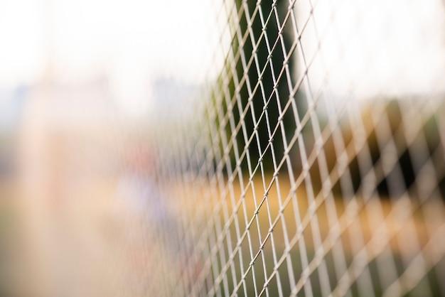 Visão desfocada da cerca do campo externo