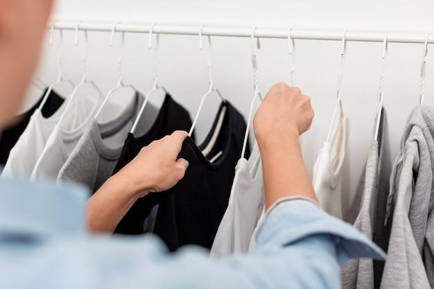 Visão desfocada de roupas em stander