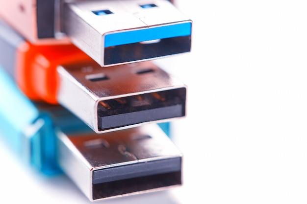 Visão detalhada de uma unidade flash usb preto com um conector prata-azul. foto em um fundo branco