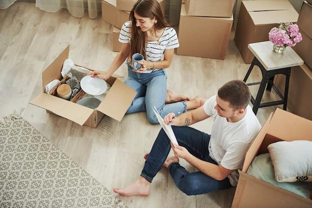 Visão do topo. casal jovem alegre em seu novo apartamento. concepção de movimento.