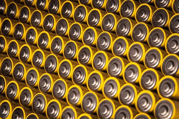 Visão estreita das baterias alcalinas de 1,5 volts no tamanho aa várias baterias em filas