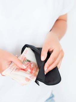 Visão estreita, de, mãos mulher, segurando, pilha rublos, em, carteira