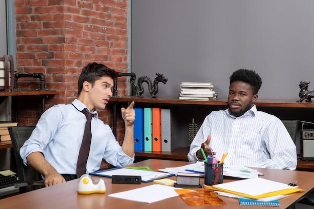Visão frontal de dois gerentes de negócios no processo de trabalho