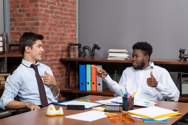 Visão frontal de dois gerentes de negócios trabalhando juntos