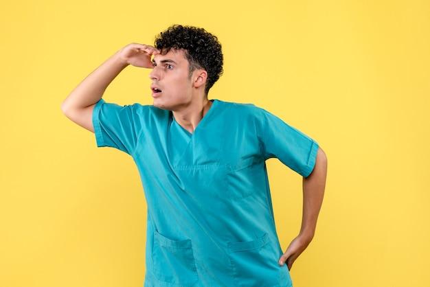 Visão frontal de um médico com o qual o médico se preocupa ao vivo após a pandemia