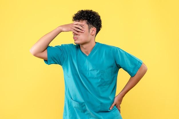 Visão frontal de um médico o médico se preocupa com pessoas com doenças graves