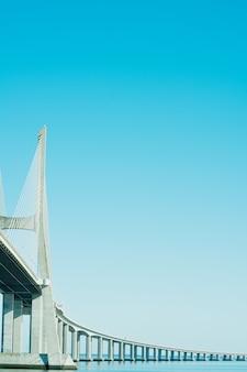 Visão geral da ponte vasco da gama do parque das nações. dia de outono.