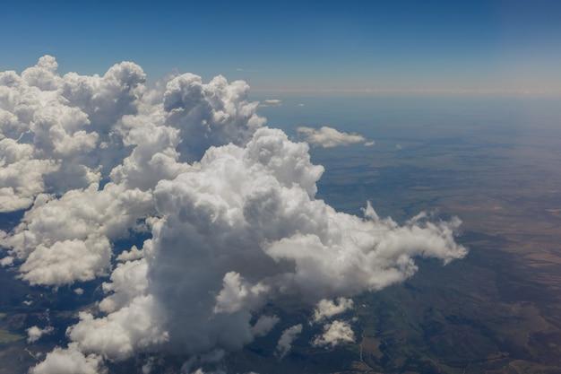 Visão geral de nuvens fofas nas montanhas de um avião, arizona eua