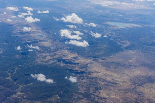 Visão geral de nuvens fofas nas montanhas de um avião, arizona