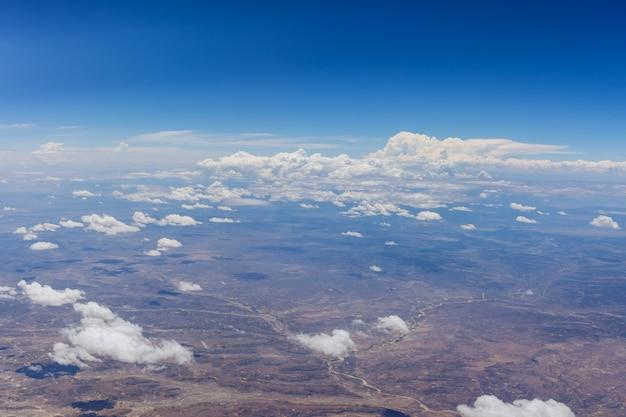 Visão geral de nuvens fofas no deserto de um avião, novo méxico