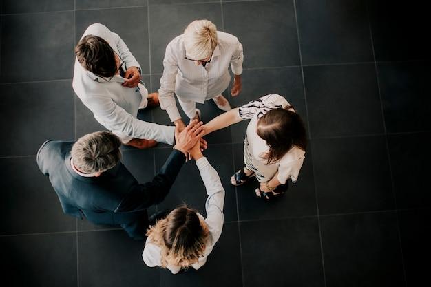 Visão geral de um grupo de empresários de mãos dadas