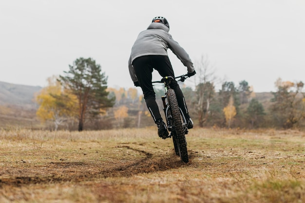 Visão geral de um homem andando de bicicleta