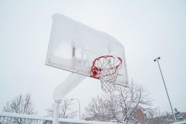 Visão horizontal da quadra de basquete congelada ao ar livre.