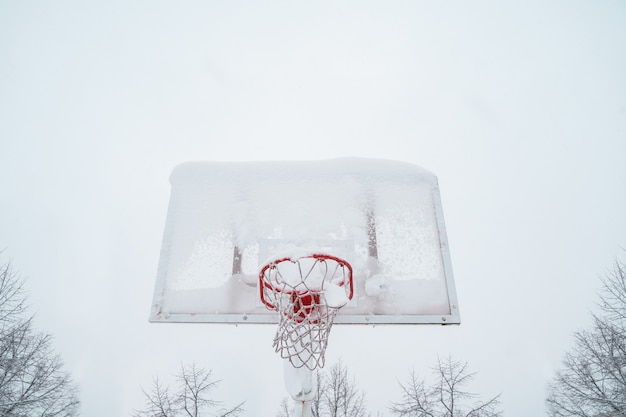 Visão horizontal de basquete congelado ao ar livre.