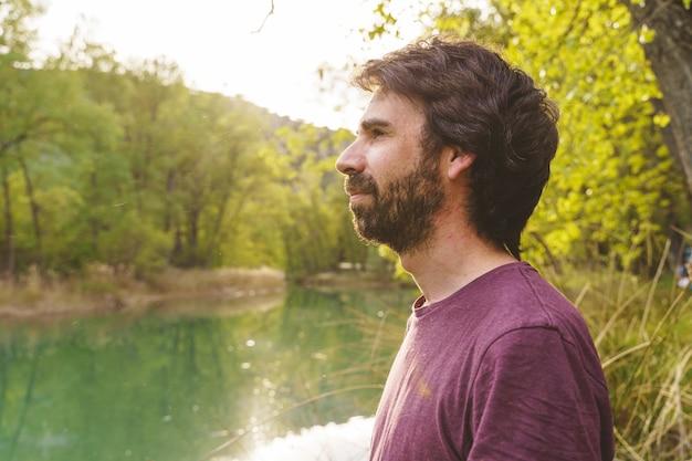Visão horizontal de homem de meia-idade, caucasiano, de férias, olhando para um espaço aberto da natureza, viajando pela espanha. conceito de viagens ao ar livre e férias em cidades europeias.