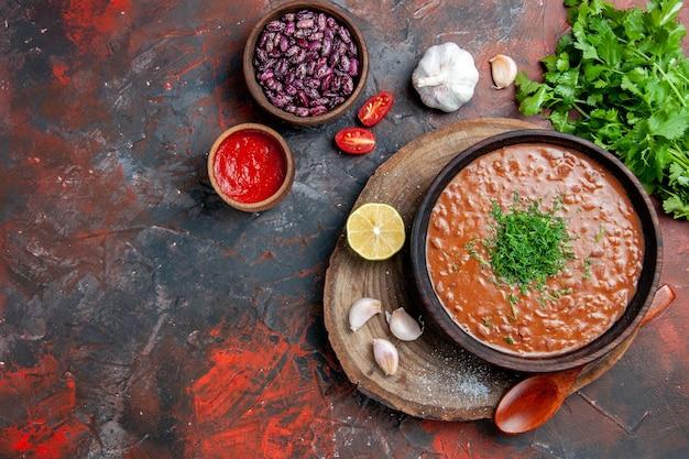 Visão horizontal do clássico sabão de tomate, feijão, alho, garrafa, óleo, ketchup, limão, maionese