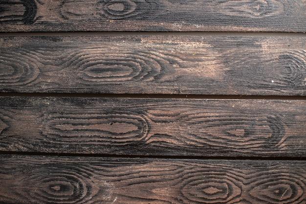 Visão horizontal do espaço vazio em um fundo escuro de madeira