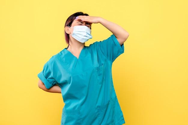 Visão lateral do médico pensando em tratamentos para vírus