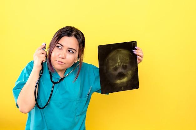 Visão lateral do radiologista graças ao raio-x, um radiologista pode ajudar o paciente