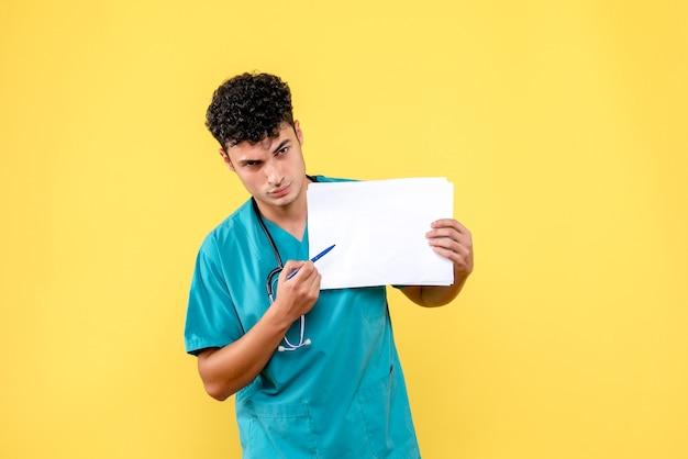 Visão lateral médico altamente qualificado um médico está chateado com os resultados da análise