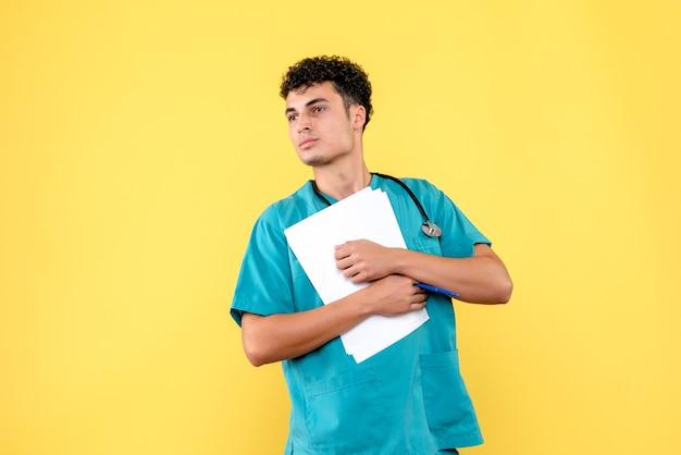 Visão lateral médico altamente qualificado um médico está descontente por causa das análises do paciente