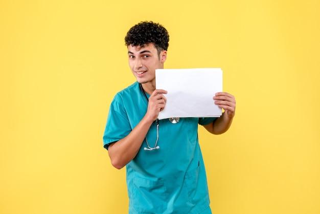 Visão lateral médico altamente qualificado um médico está pensando nos resultados da análise do paciente