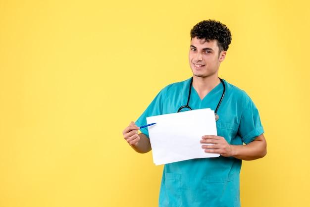 Visão lateral médico altamente qualificado, um médico está satisfeito com os resultados da análise
