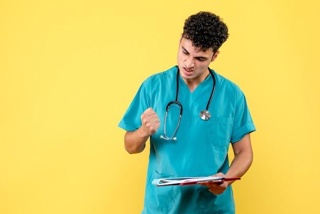 Visão lateral médico altamente qualificado um médico está zangado por causa do teste de coronavírus do paciente