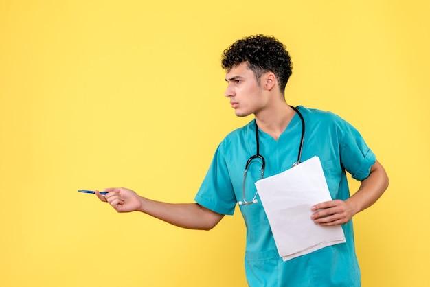 Visão lateral médico altamente qualificado um médico explica os resultados da análise