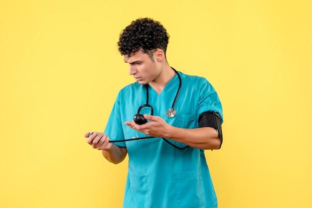 Visão lateral médico altamente qualificado um médico mede a pressão