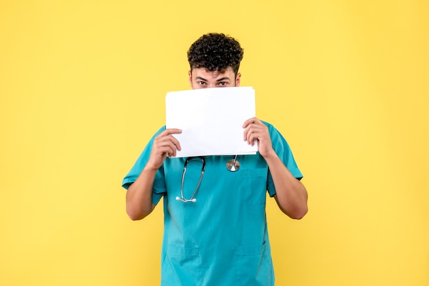 Visão lateral médico altamente qualificado um médico observa os resultados da análise do paciente com covid-