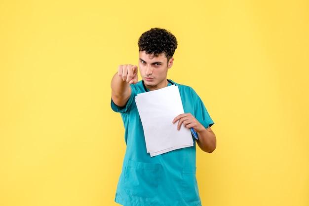 Visão lateral médico altamente qualificado um médico sabe que tudo ficará bem