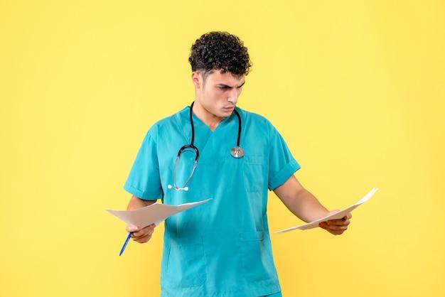 Visão lateral médico altamente qualificado um médico se preocupa com as análises do paciente