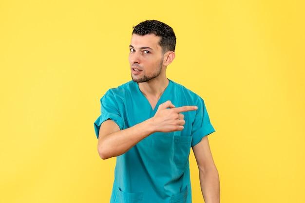 Visão lateral um especialista o médico sabe que as pessoas vão inventar um medicamento para covid-