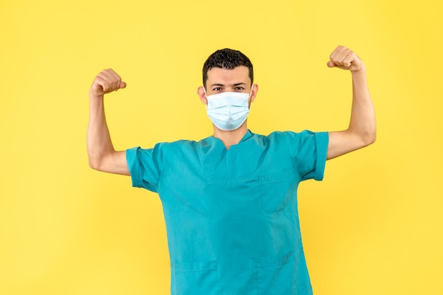 Visão lateral um médico com máscara um médico sabe que as pessoas serão capazes de se recuperar do coronavírus