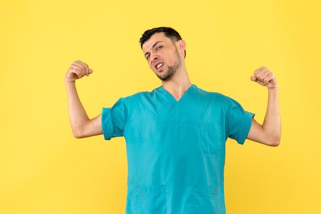 Visão lateral um médico um médico acha que as pessoas podem se recuperar do coronavírus