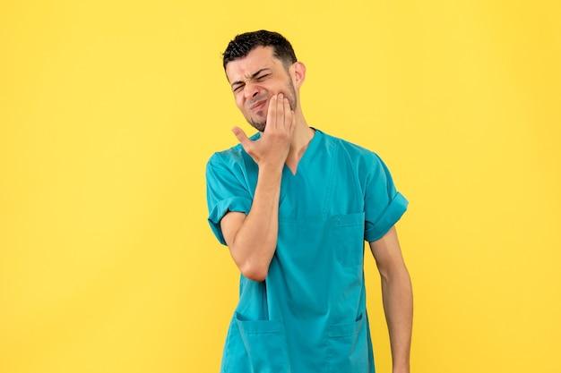 Visão lateral um médico um médico fala o que fazer se sua mandíbula doer