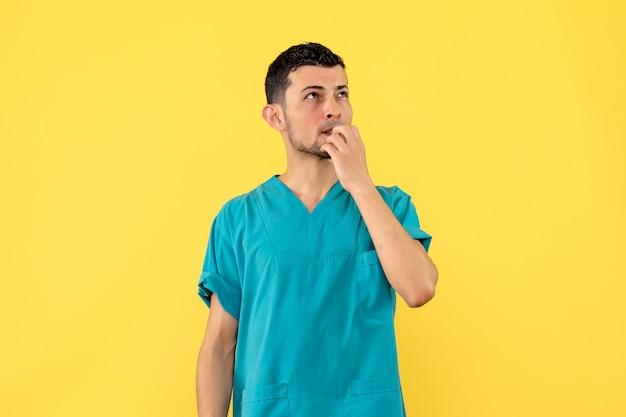 Visão lateral um médico um médico pensa se a vacina ajudará as pessoas a se recuperar ou não