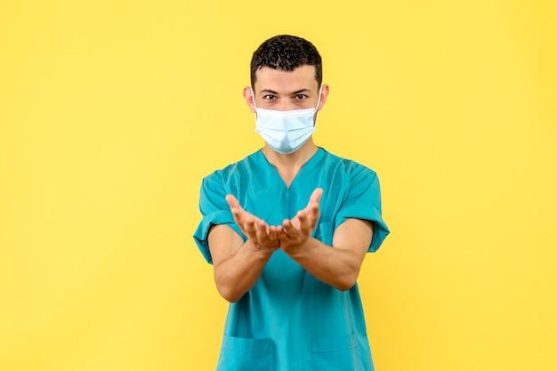 Visão lateral um médico um médico recomenda que as pessoas tenham cuidado durante uma pandemia de vírus